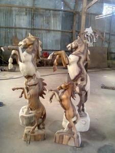 patung kayu kuda